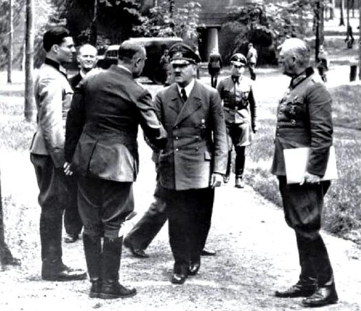 Слева: Штауффенберг и Гитлер вСтавке «Волчье логово».